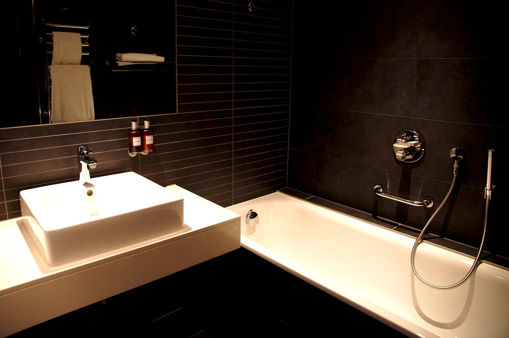 ensuite bathroom of the bedroom in the harbour spa hotel