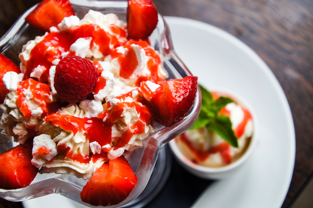 strawberry and cream eton mess at Fire Stables wimbledon london picture 1