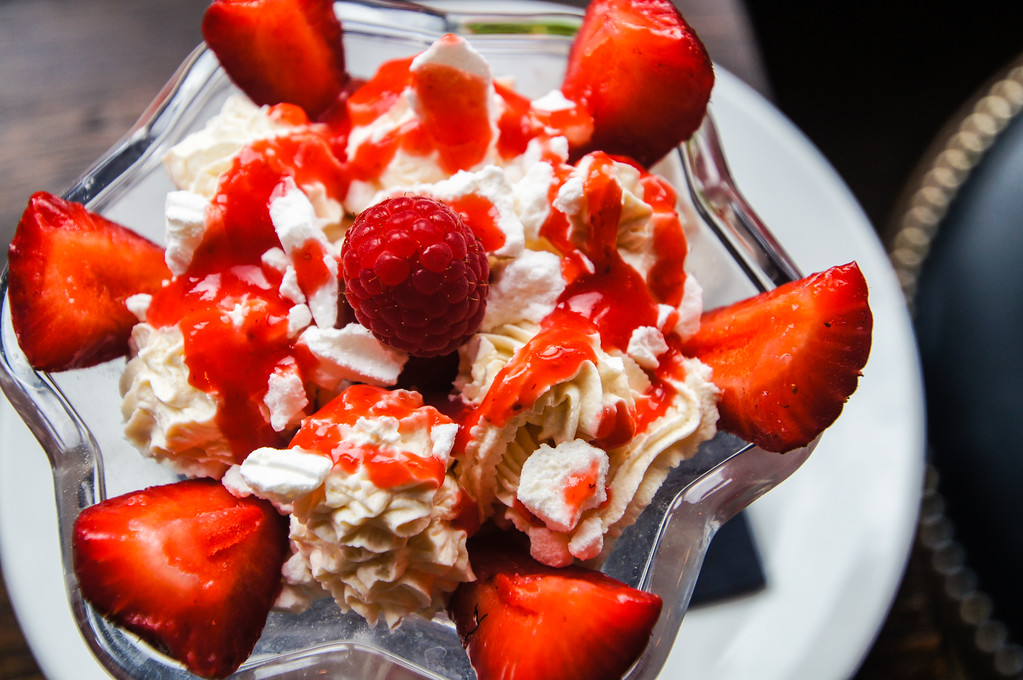 strawberry and cream eton mess at Fire Stables wimbledon london picture 4